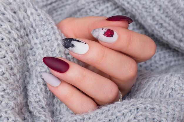 Manos femeninas con uñas de manicura creativa