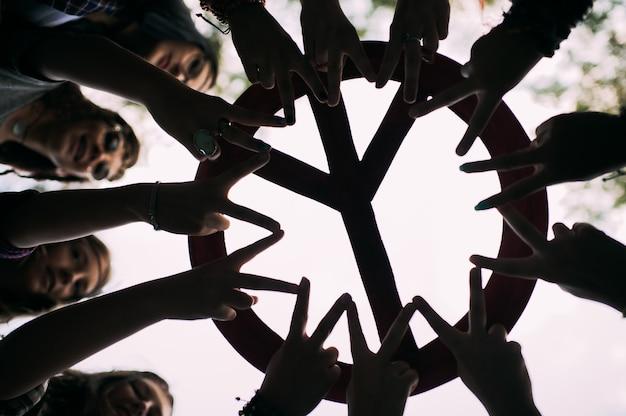 Las manos forman un círculo