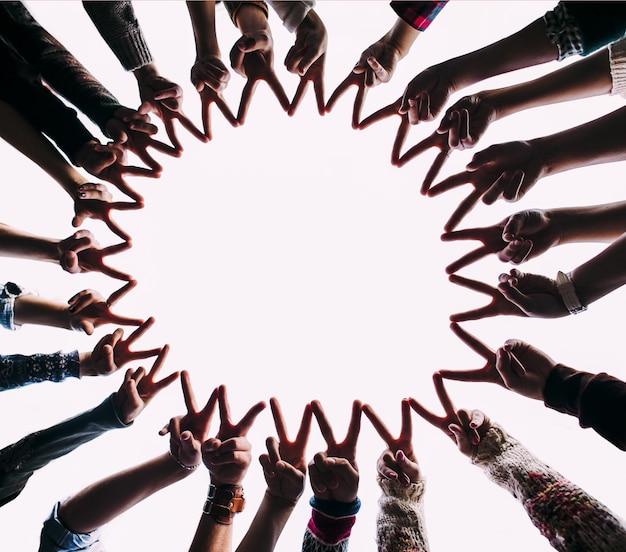 Manos formando un círculo de paz