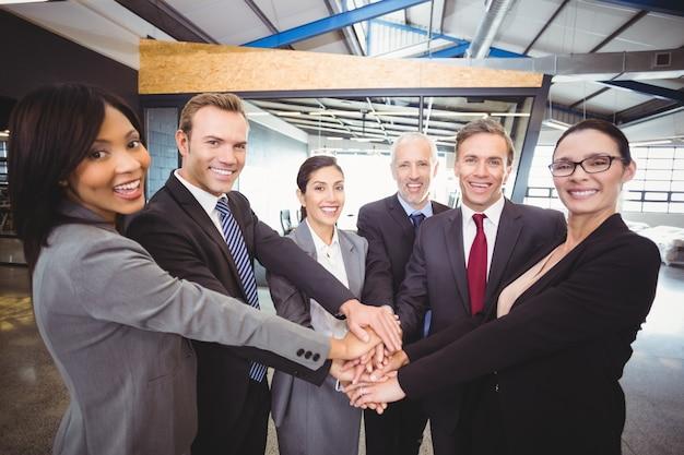 Manos de gente de negocios apilados unos sobre otros