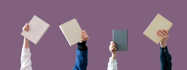 Las manos de la gente sosteniendo libros, aprendiendo y estudiando, educación del conocimiento