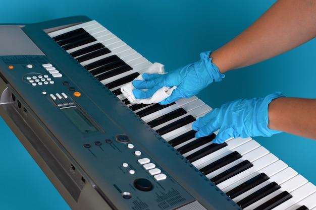 Las manos con guantes médicos de goma se tratan contra bacterias y microbios con una servilleta