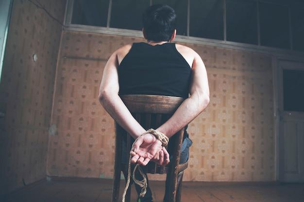 Las manos del hombre estaban atadas con una cuerda.