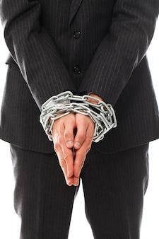 Manos de hombre joven con cadenas