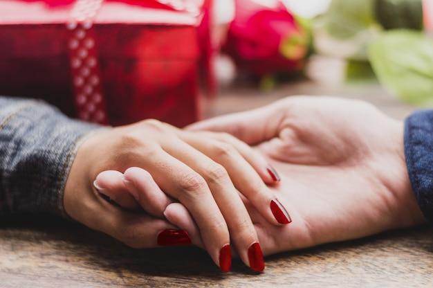Manos de un hombre y una mujer agarradas