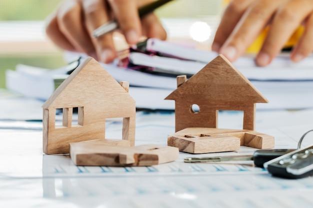 Manos de hombre de negocios firmando documentos de archivo papeleo financiero o hipoteca