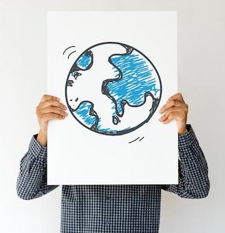 Las manos del hombre sostienen papel de muestra con símbolo global