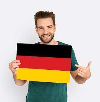 Las manos del hombre sostienen el patriotismo de la bandera de alemania deutschland