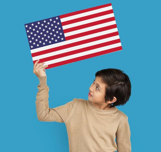 Las manos del hombre sostienen el patriotismo de la bandera americana