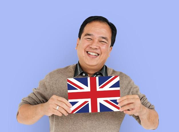 Las manos del hombre sostienen el patriotismo de la bandera de inglaterra reino unido