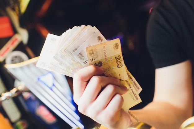 Las manos de los hombres cuentan el dinero ruso de cerca.