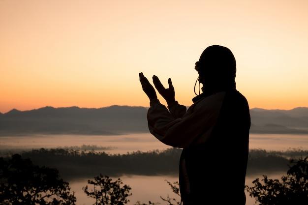 Las manos humanas abren la palma hacia arriba de la adoración.