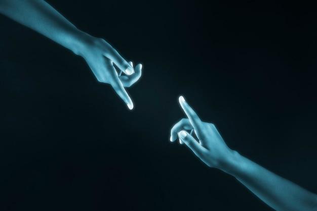 Manos humanas alcanzando la conexión digital entre sí