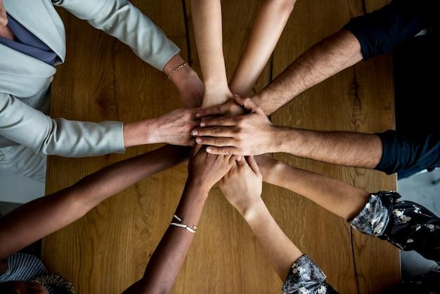 Manos humanas juntas sosteniendo juntos