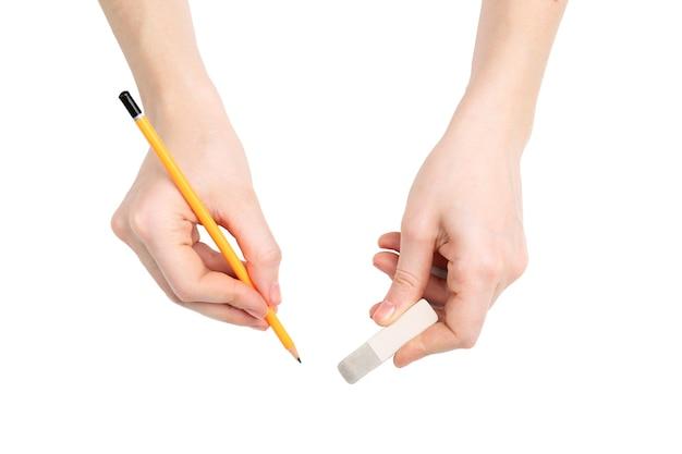Manos humanas con lápiz y goma de borrar, aislado en blanco
