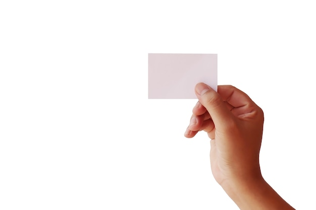 Manos humanas sosteniendo tarjetas en blanco aisladas sobre fondo blanco con el trazado de recorte.