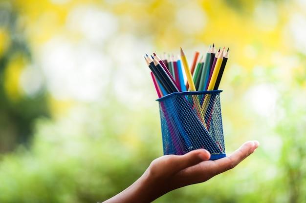 Manos y lápices de colores