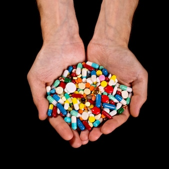 Manos llenas de pastillas