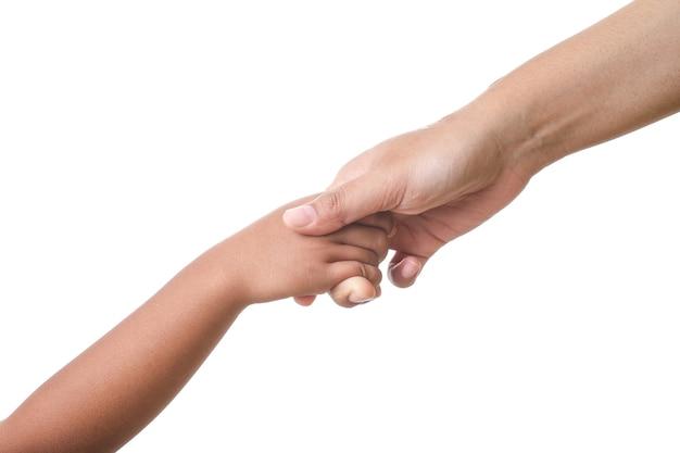 Manos de la madre sosteniendo la mano de su bebé, concepto de afecto contra fondo blanco
