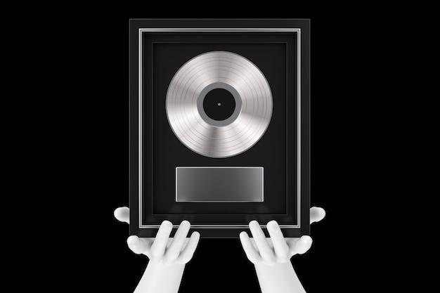 Manos de maniquí abstracto sosteniendo un premio de vinilo o cd de platino o plata con etiqueta en marco negro sobre un fondo negro. representación 3d