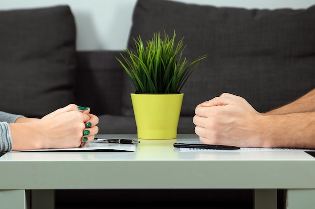 Las manos masculinas y femeninas se doblan una frente a la otra.