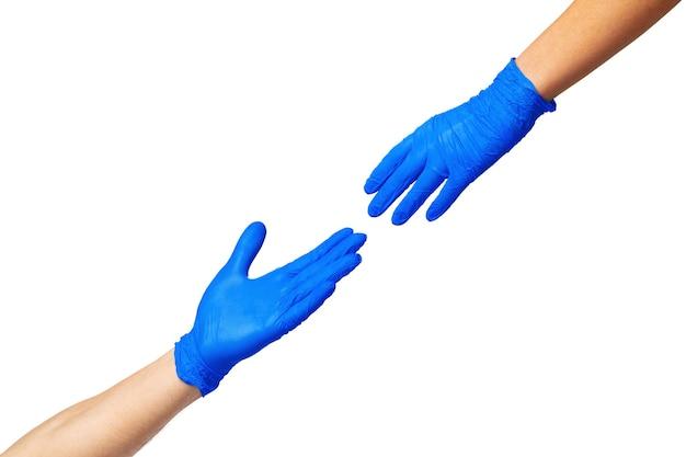 Manos masculinas y femeninas en guantes médicos se estiran entre sí. concepto de ayuda. de cerca