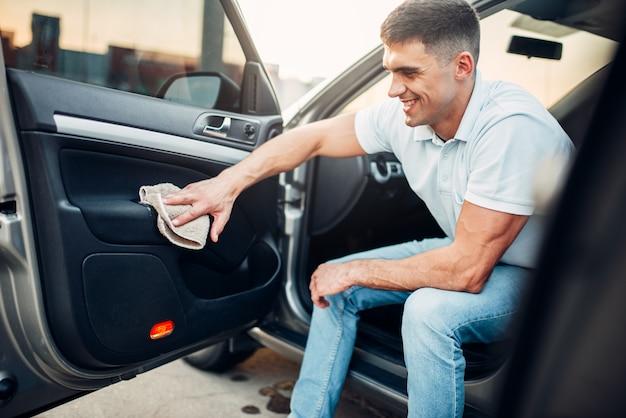 Manos masculinas limpia auto
