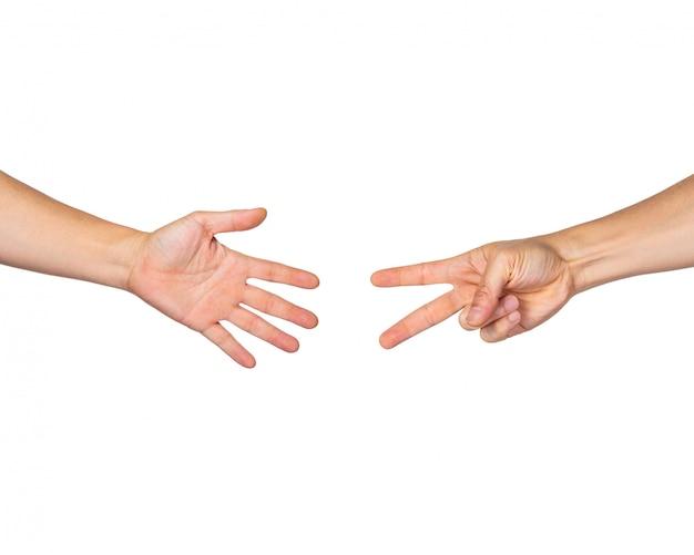 Manos masculinas que juegan rock paper scissors sobre fondo blanco