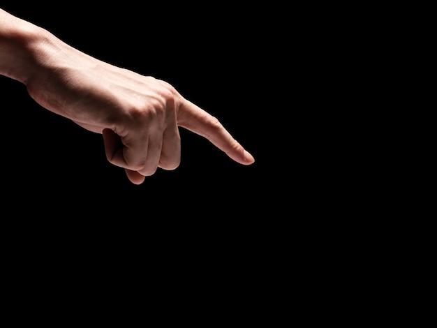 Manos masculinas sobre un fondo negro