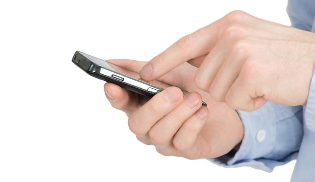 Manos masculinas con un teléfono inteligente