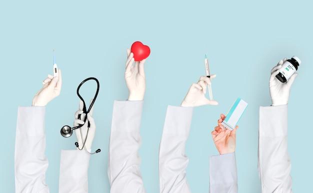 Manos de médicos sosteniendo objetos de atención médica