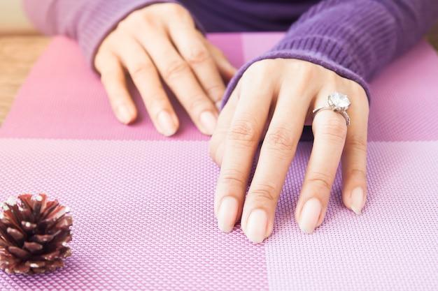 Manos de mujer con anillo de bodas
