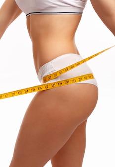 Manos de mujer midiendo cadera