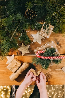 Manos de mujer preparando para navidad