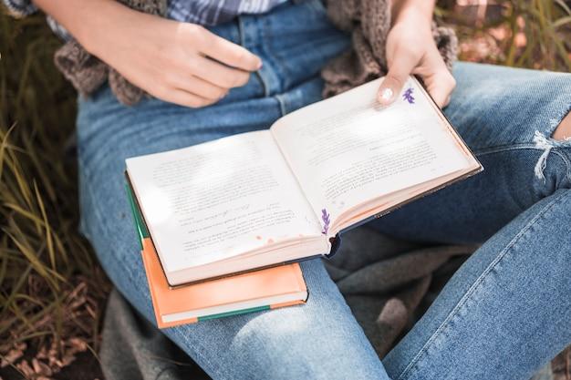Manos de mujer sosteniendo libro abierto