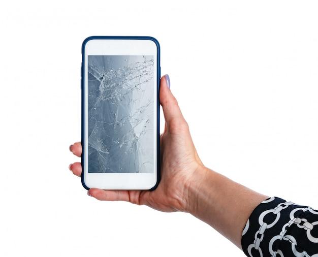 Manos de mujer sosteniendo smartphone con pantalla rota aislada en blanco
