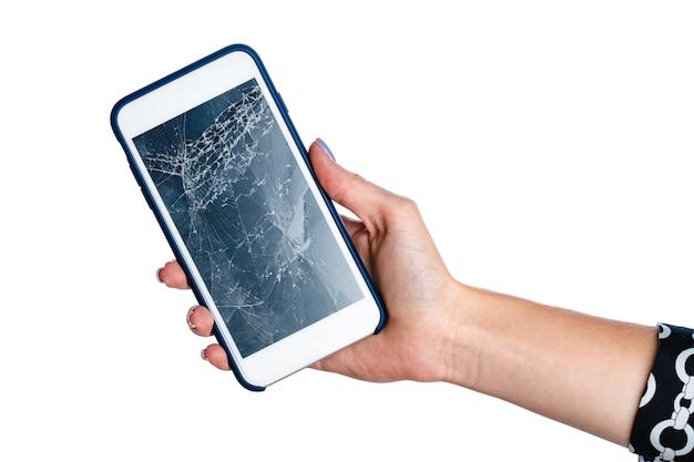 Manos de mujer sosteniendo smartphone con pantalla rota aislada