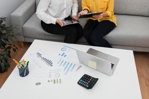 Manos de mujer sosteniendo una tableta y un portapapeles