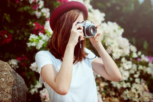 Manos de mujer sosteniendo tomando fotos con cámara