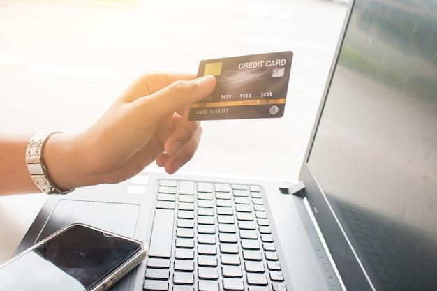Manos de mujer con tarjeta de crédito