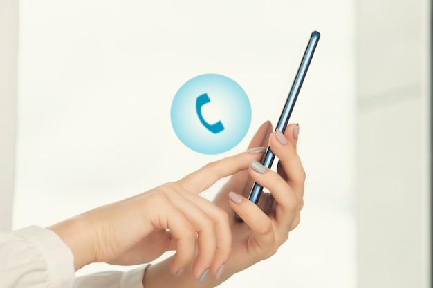 Manos de mujer con teléfono móvil