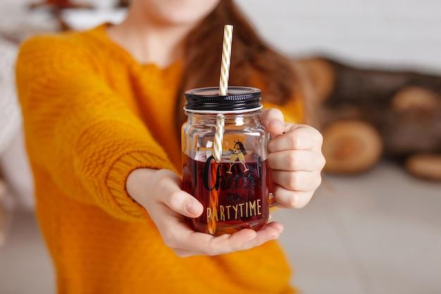 Manos de mujeres sosteniendo una taza de té. tiempo de fiesta. tarro de té con bebida