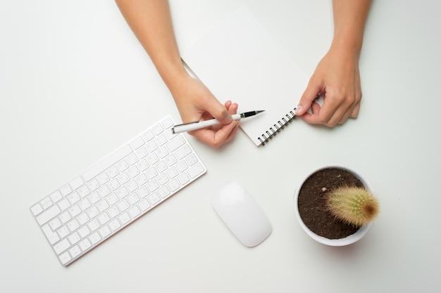 Manos de mujeres usando el teclado y el mouse