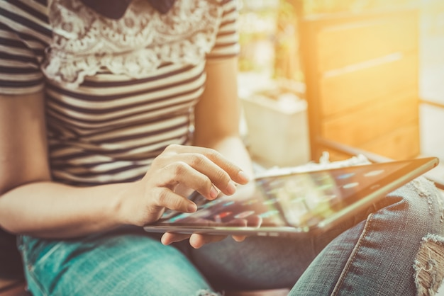 Manos multitarea mujer usando tableta