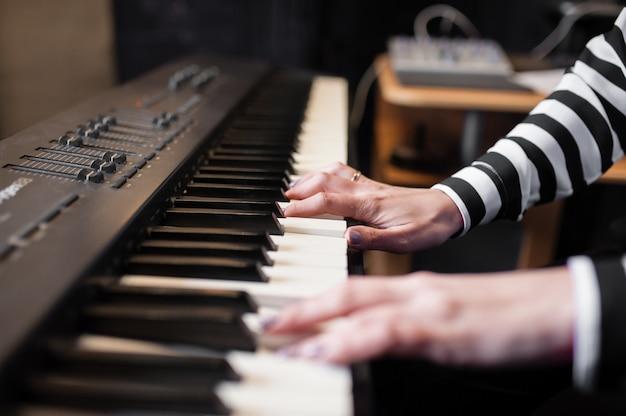 Manos musica, sintetizador, piano