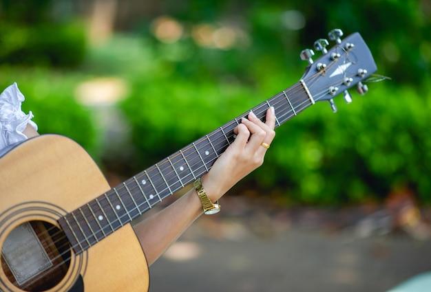 Manos de músicos y guitarras acústicas, instrumentos musicales con muy buen sonido.