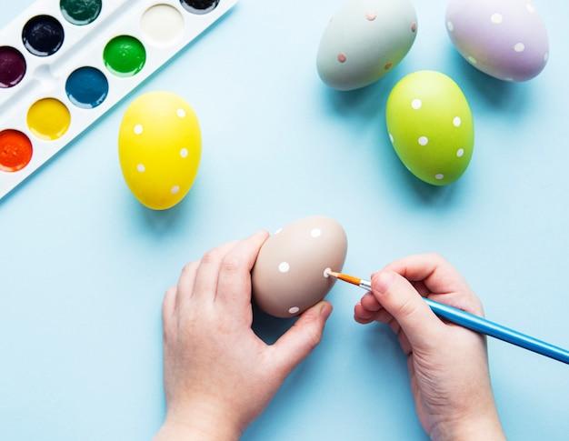 Manos de una niña con huevos de pascua