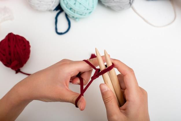 Las manos de los niños están tejidas y tejidas a ganchillo. vista desde arriba