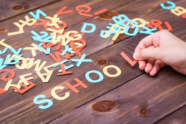 Las manos de los niños hacen la palabra