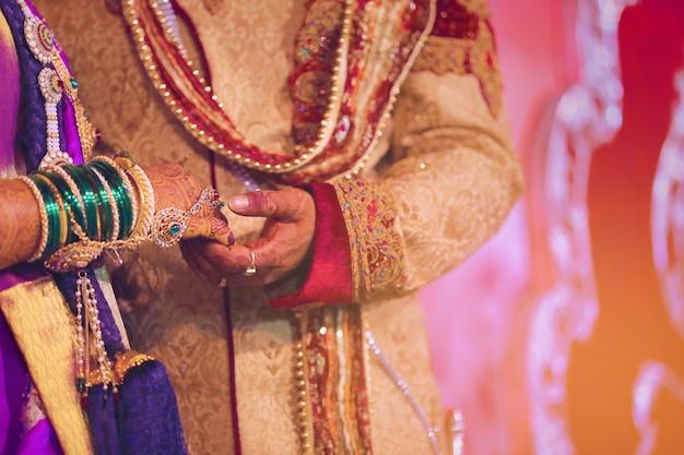 Manos de la novia y el novio, boda india
